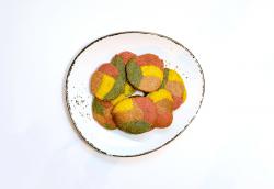 Biscuiți multicolori cu turmeric